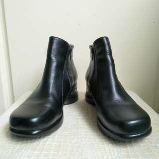 🚚 【onsale】近全新Joe Peige黑色真皮短筒厚底鞋-36號