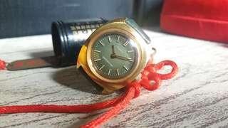 Jam Tangan Wanita Vintage 70an Timex Manual Wind dengan Dial dan Strap Hijau.