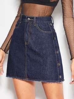 🚚 紐扣裝飾毛邊牛仔半身裙 尺寸:m