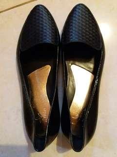 Sepatu fantofel hitam