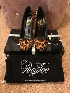 Peep toe Leopard print pumps