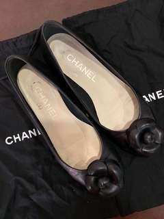 🚚 Chanel Camellia flats in black (Authentic)