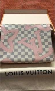 🚚 ISO: LV toiletry pouch Tahitienne tp26