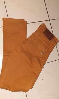 Celana jeans warna coral