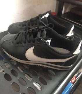 🚚 Nike 黑白經典阿甘鞋 22cm