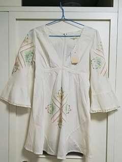 Mercuryduo清新民族風V領刺繡花朵Lace邊喇叭袖連身裙