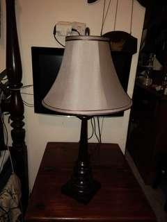 Sepasang lampu duduk