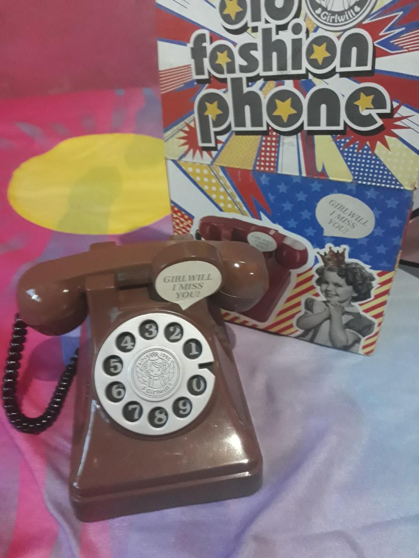 Celengan model telepon