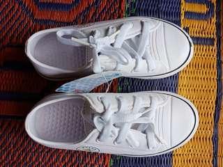 White shoes spons dulux