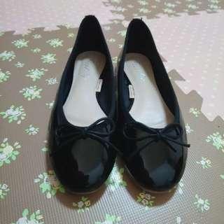 🚚 黑色漆皮蝴蝶結娃娃鞋