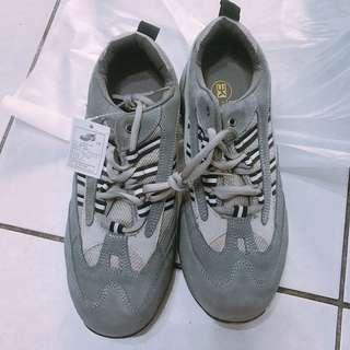 灰色男運動鞋