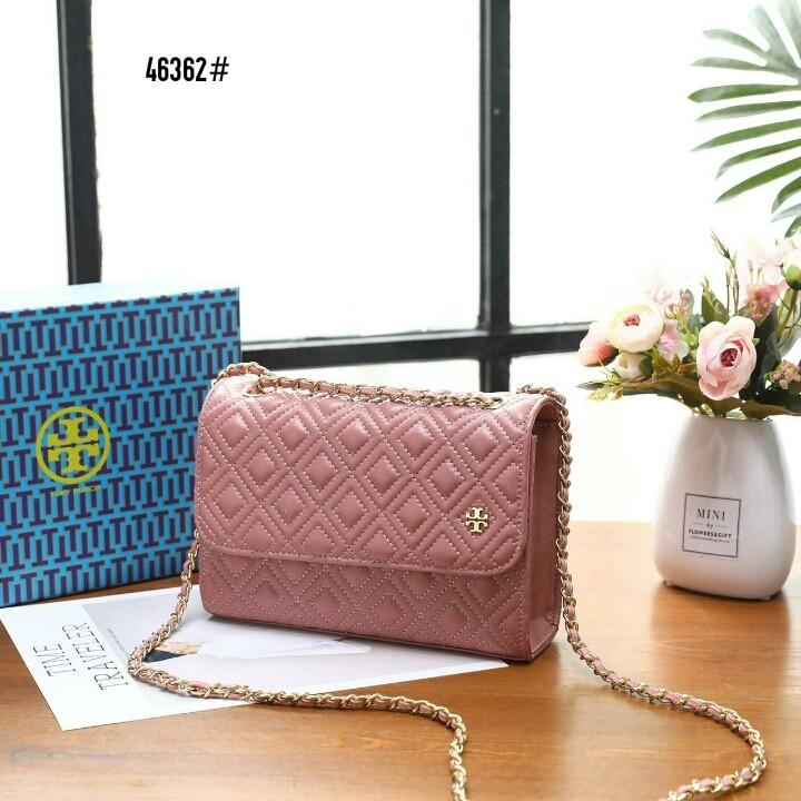 Tory Burch Fleming Small Convertible Shoulder Bag 46362#22  H 660rb  Bahan kulit (quilted leather) Dalaman kain satin Kwalitas High Premium AAA Tas uk 21x6x15cm Berat dengan box 0,7kg  Warna : -Babypink -Black Include Box Tory Burch