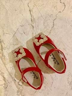 Sepatu pesta merah