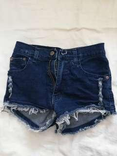 Short ripped jeans
