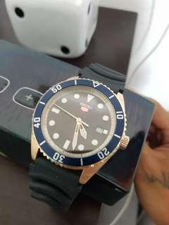 🚚 Seiko watch 2month old bought it at $400+