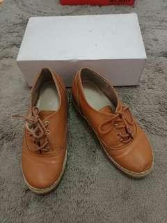 Sepatu coklat lucu keren