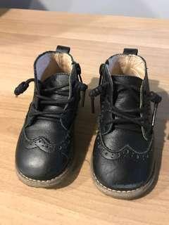 英倫雕花中筒靴