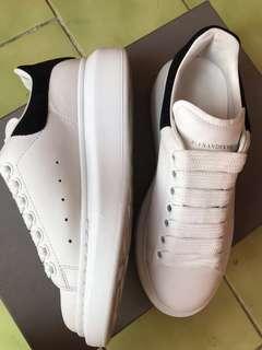 🚚 MCQUEEN經典黑尾小白鞋
