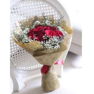 🚚 Elegant red roses wrapped in gold