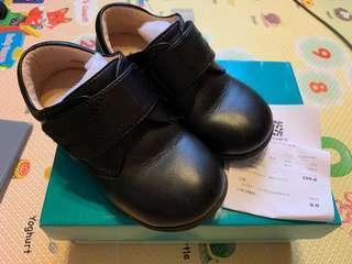 男童返學黑皮鞋