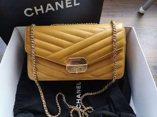 🚚 100% Authentic Chanel Medium Flap