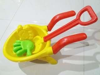 Mainan pengangkut pasir