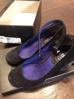 Anna Sui 黑色猄皮繡花有帶高跟鞋
