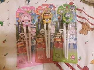 Poli學習筷子,四色都有貨