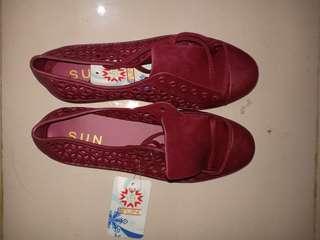 Sepatu merah karet