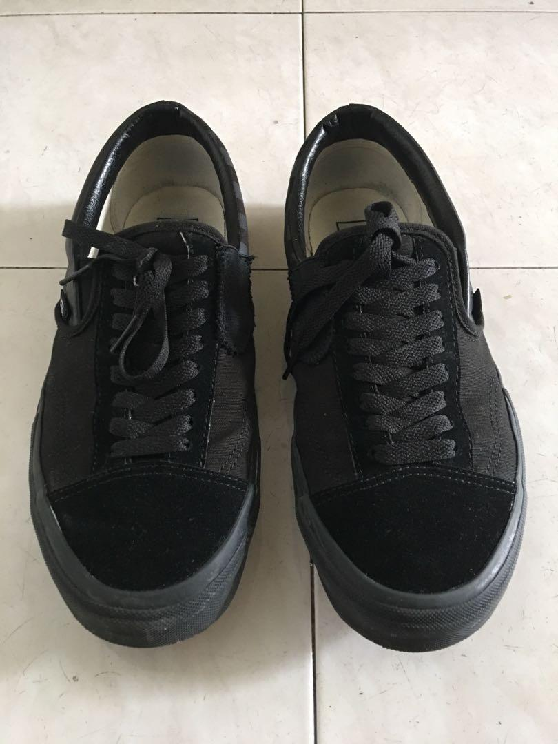 vans slip on triple black