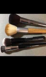 Assorted makeup brushes set