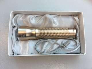 博客鋁合金強光調焦電筒