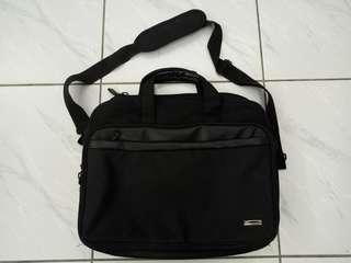 🚚 黑色側背包