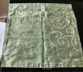 4 Cloth for warm plates on the dining table