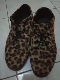 Sepatu leopard handmade bahan suede halus ya keren pokoknya no cacat pemakaian 90%