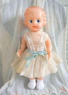 古董藍緞帶捲髮女孩硬膠娃