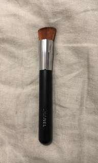 Chanel Pinceau 2-In-1 Foundation Brush / Fluid And Powder