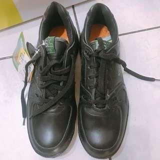 男性運動皮鞋