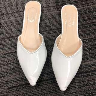🚚 White slip on