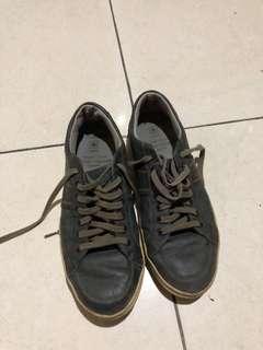 Democrata sepatu casual sneakers pria