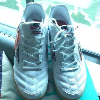 All Supreme x Nike SB Gatos White