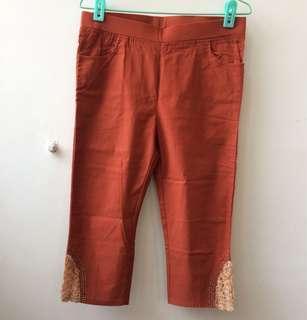 紅土色玫瑰蕾絲花邊伸縮七分褲