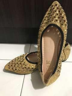 Sparkling gold pointed shoes