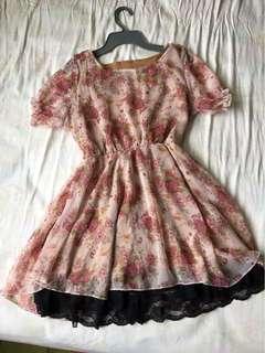 公主袖裙擺蕾絲碎花洋裝