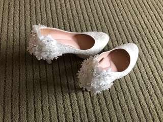 🚚 Epris艾佩絲婚鞋  MIT小中大尺碼婚鞋推薦 花雨女神 十二朵梅心機點綴前高後高跟鞋 23.5公分 閃耀白