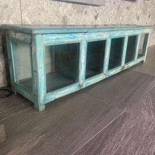 厚實老木頭碧湖藍色收藏櫃。