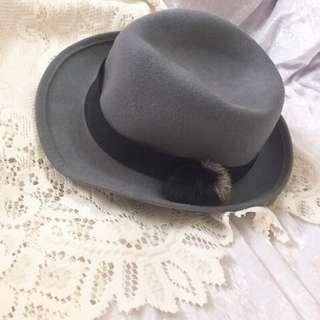 🚚 🌸 earth music & ecology 灰色帽子 🔺全新含吊牌 🔺很可愛漂亮的帽子哦 超好搭配  🔹歡迎詢問 售後不退換貨🚫 🔹商品低於 $60 不出貨 💰 🔹貨到三日內請完成取貨 不想催人領🤦🏻♀️ 🔹多帶商品能有折扣優惠 🎉