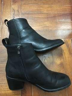女黑皮靴新淨