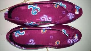 Sepatu sandal batik