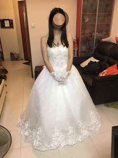 新娘婚紗 結婚禮服 抹胸 一字膀 齊地 尺碼:S碼 尺碼參考:胸圍83cm/ 腰圍67cm/ 臀圍86cm  背脊綁帶款式,可調整大小 極新淨,只穿過一次行禮用 連裙撐,送頭紗